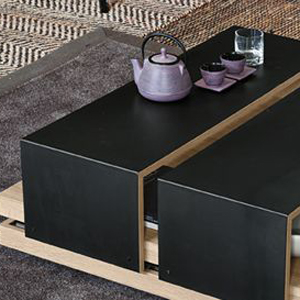 Table en bois de chêne avec étagères coulissantes couvertes en tôle de fer. Disponible en bois laqué blanc avec étagères coulissants en acier inox. Design Giovanni Luigi Gorgoni.