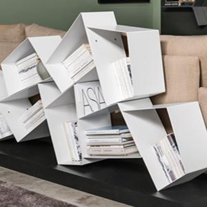Bibliothèque horizontale composée de figures géométriques destructurées, en fer peint, soudées entre eux et posées sur une base en bois laqué. Design Diego Collareda, Etimodesign.