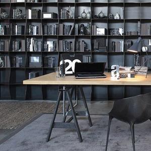 """Table avec baudets en fer naturel et le choix du plan de travail entre bois de chêne et cément Ductal, dans un style adapté du design """"indus'"""". Design Adriani e Rossi Edizioni."""